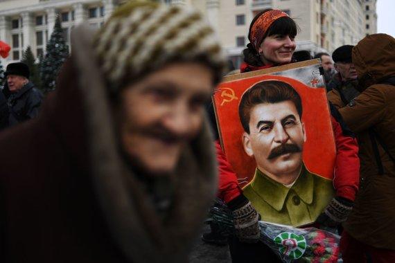 """AFP/""""Scanpix"""" nuotr./Josifo Stalino gerbėjai mini 65-ąsias jo mirties metines"""