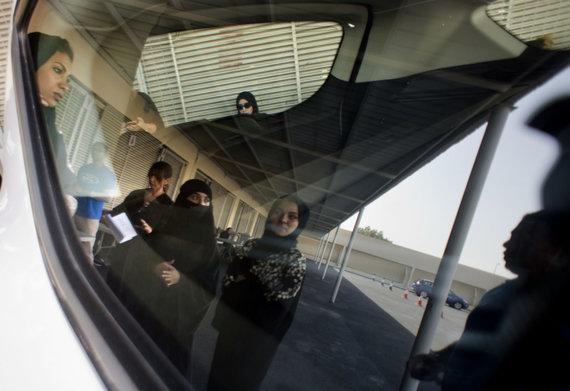 """""""Scanpix""""/AP nuotr./Saudo Arabijos moterys mokosi vairuoti"""