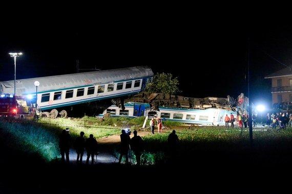 """AFP/""""Scanpix"""" nuotr./Italijoje traukiniui įsirėžus į Lietuvoje registruotą sunkvežimį žuvo du žmonės"""