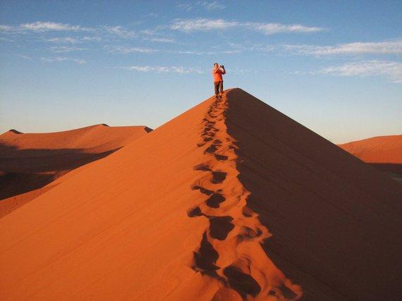 """Kelionių organizatoriaus """"GRŪDA"""" nuotr./Keliautojas Namibo dykumoje"""