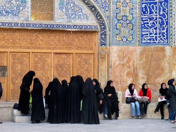 """Kelionių organizatoriaus """"GRŪDA"""" nuotr./Jaunosios iranietės prie mečetės"""