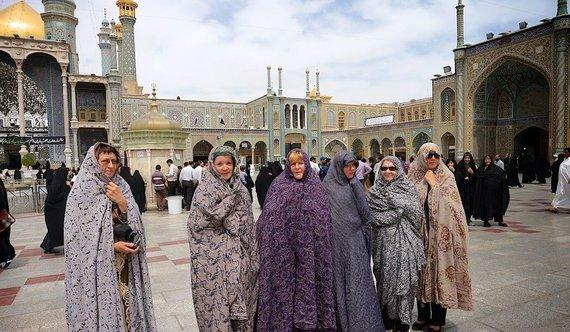 """Kelionių organizatoriaus """"GRŪDA"""" nuotr./GRŪDOS keliautojos ruošiasi lankyti mečetę"""