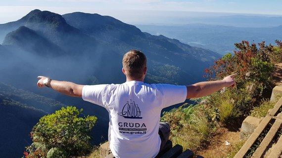 """Kelionių organizatoriaus """"GRŪDA"""" nuotr./""""GRŪDOS"""" kelionių vadovas T. Valaika Hortono lygumų nacionaliniame parke ant """"Pasaulio krašto"""" skardžio"""