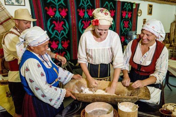 """Kelionių organizatoriaus """"GRŪDA"""" nuotr./Kelionėje degustuojamo tradicinio moldaviško maisto ruošimas"""
