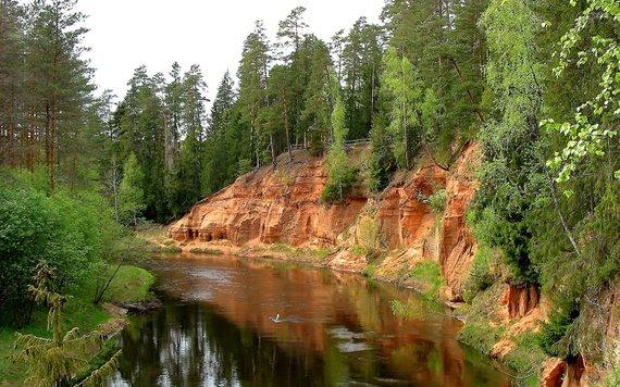 """Kelionių organizatoriaus """"GRŪDA"""" nuotr./Gaujos upės vaga ir rausvo smiltainio atodanga, Latvija"""