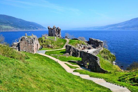 """Kelionių organizatoriaus """"GRŪDA"""" nuotr./Urkvuharto pilies griuvėsiai ant Loch Neso ežero kranto"""