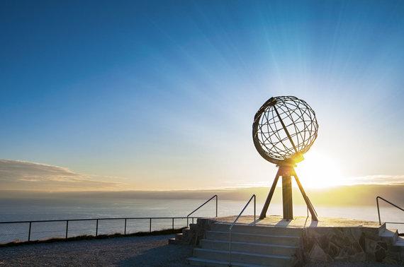 """Kelionių organizatoriaus """"GRŪDA"""" nuotr./Žemės gaublį simbolizuojantis paminklas, Nordkapas"""
