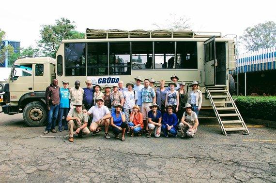 """Kelionių organizatoriaus """"GRŪDA"""" nuotr./""""GRŪDOS"""" keliautojai prie galingos transporto priemonės """"safari truck"""" – treko, kuriame telpa visa stovyklavimo įranga ir maisto atsargos"""