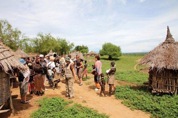 """Kelionių organizatoriaus """"GRŪDA"""" nuotr./""""GRŪDOS"""" keliautojai lanko karo genties kaimą, Etiopija"""