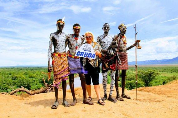 """Kelionių organizatoriaus """"GRŪDA"""" nuotr./B. Kalkienė su karo genties vyrais ant Omo upės skardžio, Etiopija"""