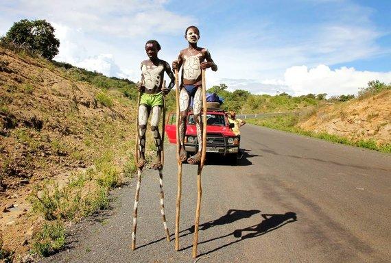 """Kelionių organizatoriaus """"GRŪDA"""" nuotr./Pozuojantys karo genties vaikai, Etiopija"""