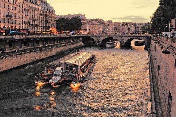 """Kelionių organizatoriaus """"GRŪDA"""" nuotr./Vakarinis pasiplaukiojimas Senos upe, Paryžius, Prancūzija"""