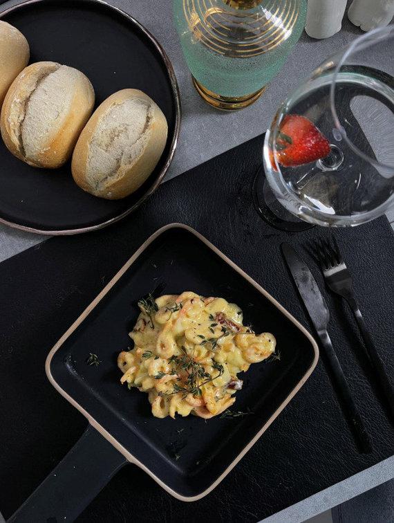Asmeninio archyvo nuotr./Kąsnis egzotikos lietuviškoje virtuvėje: krevetes Aistė ruošia pikantiškame grietinėlės padaže