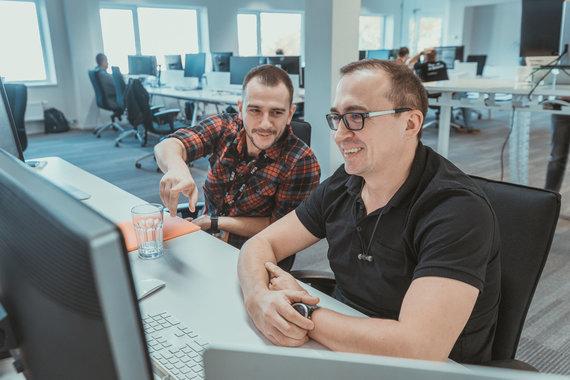 """Lino Žemgulio nuotr./""""HomeToGo"""" programuotojai Julius Ambrasas (kairėje) ir Darius Kasperavičius (dešinėje)"""