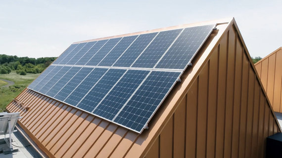 """Bendrovės """"Citus Construction"""" nuotr. /Stogas su saulės elementų jėgaine (asociatyvi nuotr.)"""