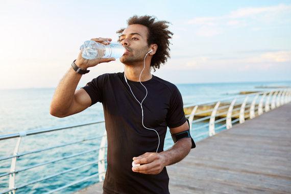 123RF.com nuotr./Vyras treniruotės metu geria vandenį