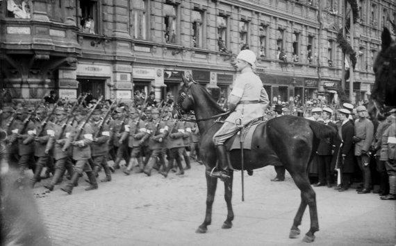 Suomijos nacionalinis archyvas/Generolas G. Manerheimas priima Baltųjų suomių kariuomenės pergalės paradą. 1918 m.