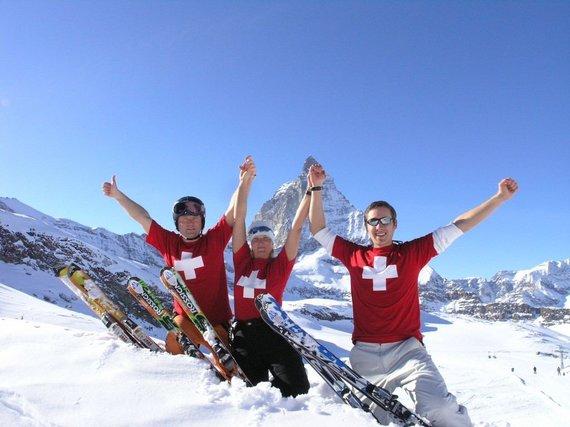 """Kelionių organizatoriaus """"GRŪDA"""" nuotr. /""""GRŪDOS"""" komandos nariai slidinėjimo kelionėje Šveicarijoje"""