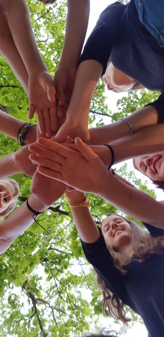 Valstybinės saugomų teritorijų tarnybos nuotr. /Jaunųjų miško bičiulių komanda miške