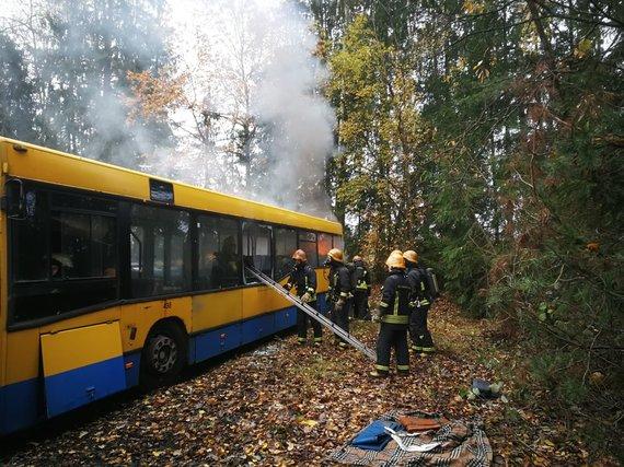 """SĮ """"Susiekimo paslaugos"""" nuotr. /Būsimų ugniagesių gelbėtojų pratybos degančiame autobuse"""