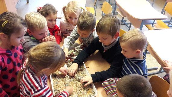 Mokytojos R. Gaidienės nuotr. /Vaikai daro lesalus paukščiams iš sviesto ir grūdų