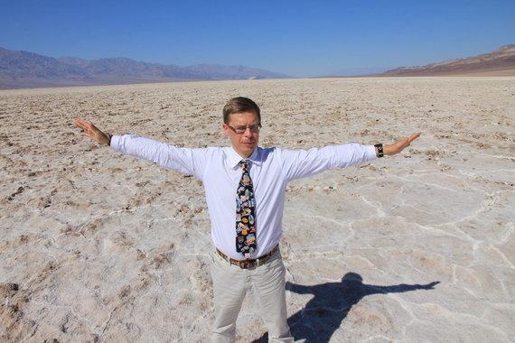 """Kelionių organizatoriaus """"GRŪDA"""" nuotr. / """"GRŪDA"""" kelionių vadovas, geografas R. Šalna švenčia gimtadienį Mirties slėnyje"""
