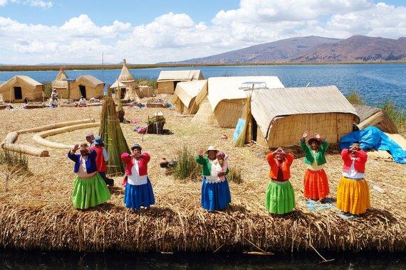 """Kelionių organizatoriaus """"GRŪDA"""" nuotr. /Uru genties žmonės plaukiojančioje saloje"""