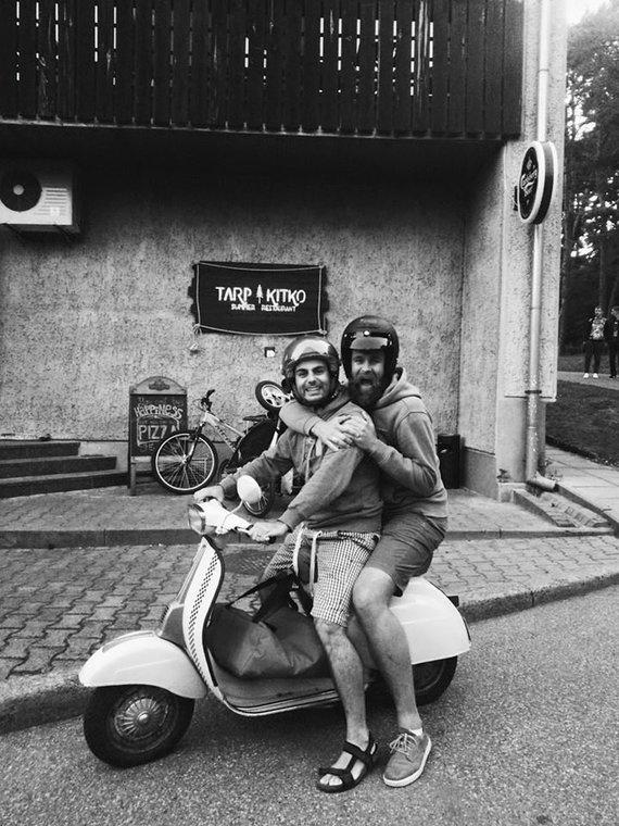 Jono asmeninio archyvo nuotr. /Jonas Lisauskas ir Gian Luca Demarco ant mopedo