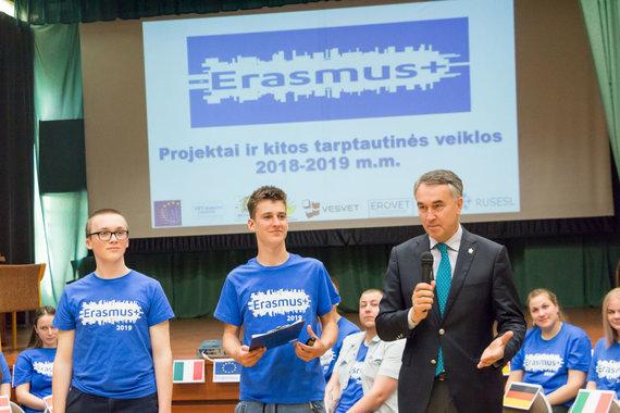 """Marijaus Vaisėtos nuotr. /""""Erasmus+"""" stažuočių patirties pristatymas. Iš kairės - Simonas Navasaitis, Rokas Atas ir europarlamentaras Petras Auštrevičius"""