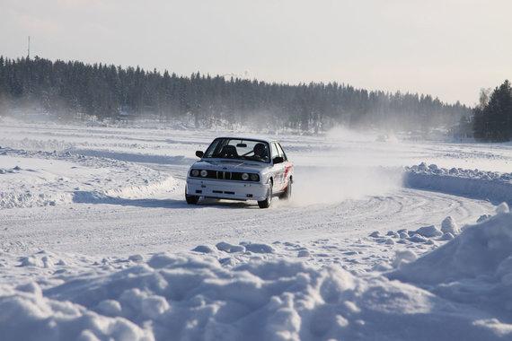 123RF.com nuotr./Važinėjimo automobiliu ant ledo pramoga Tahko slidinėjimo kurorte