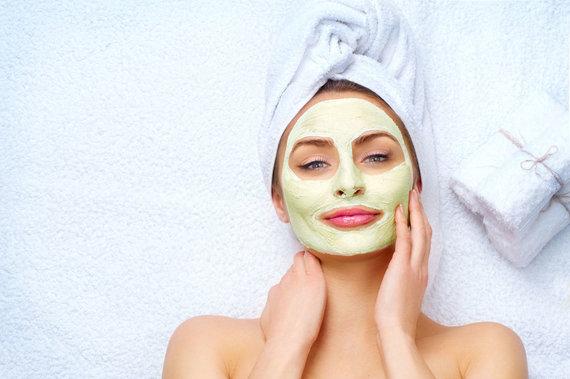 123RF.com nuotr./Moteris su veido kauke