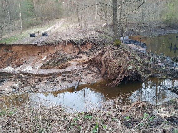 Algirdo Paplonskio nuotr. /Jonavos rajone dėl užkimštos pralaidos išsiveržęs vanduo sugadino kelią ir apsėmė sodybą
