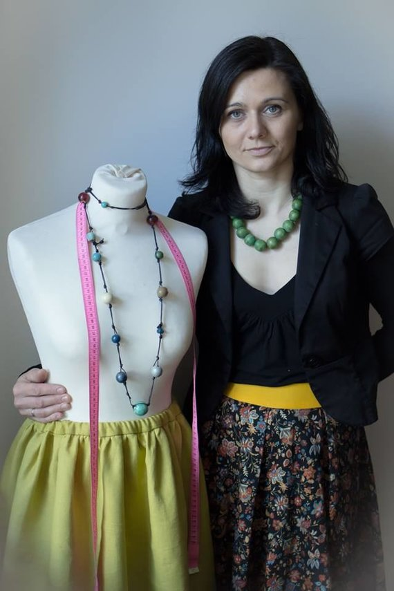 Asmeninio albumo nuotr. /Kaunietė Indrė Gaučienė kartu su bendramintėmis organizuoja siuvimo pamokas.
