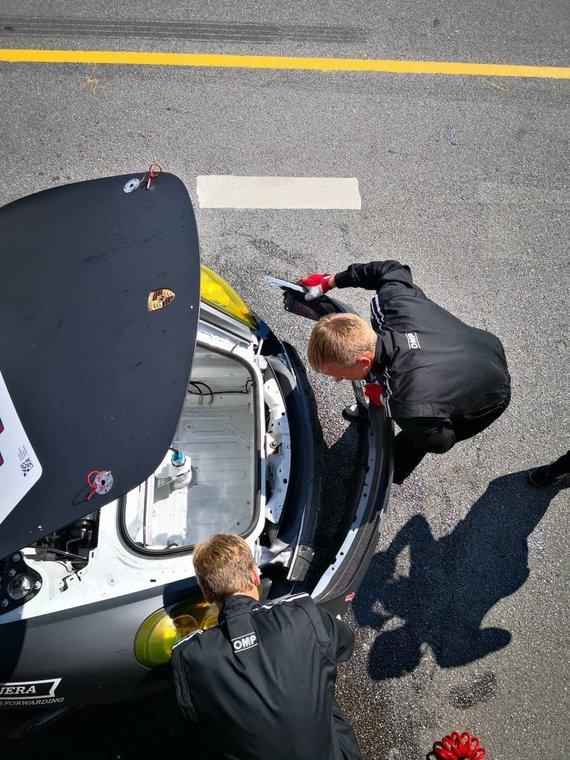 "Žilvino Pekarsko / 15min nuotr./""Porsche Baltic"" komanda keičia radiatorių"