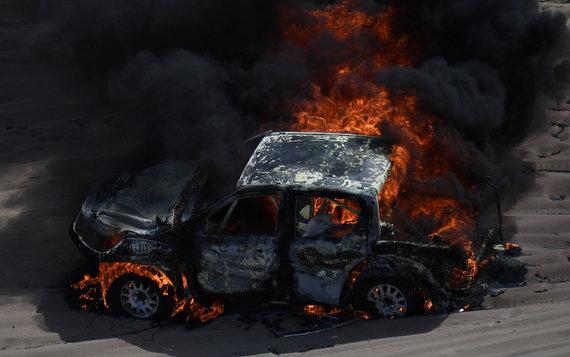 """AFP/""""Scanpix"""" nuotr./Alicios Reinos bolidas, visiškai sudegęs trečiąją Dakaro ralio dieną"""