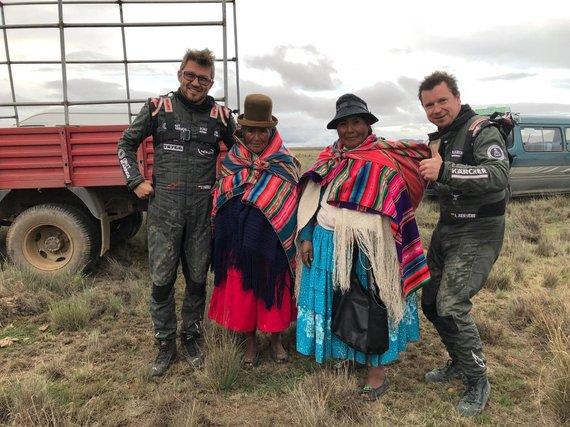 Craft Bearings nuotr./Antanas Juknevičius ir Darius Vaičiulis pasiekę finišą nusifotografavo su Dakaro gerbėjais