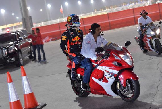 """AFP/""""Scanpix"""" nuotr./Daniel Ricciardo, """"Red Bull Racing"""" ekipos pilotas, po bolido gedimo parvežamas į techninę zoną"""