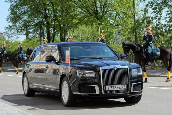 """AFP/""""Scanpix"""" nuotr./Vladimirą Putiną į inauguracijos ceremoniją atvežęs rusiškas limuzinas"""