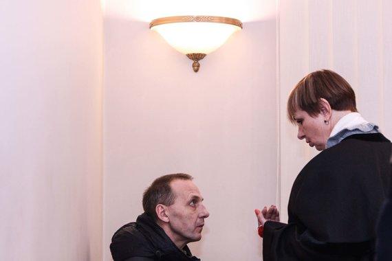 V.Miškinio nuotr./V.Davenis tariasi su advokate