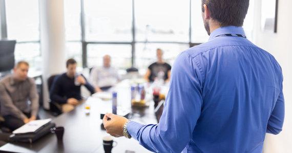 123RF.com nuotr./Biuro darbuotojai aptaria susirinkimų vedimo tvarką