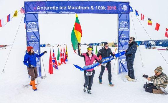 Organizatorių nuotr./Roma Puišienė kerta finišo liniją Antarktidos maratone