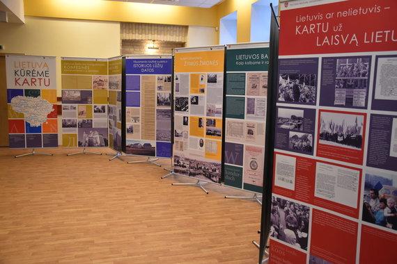 """Parodos """"Lietuvą kūrėme kartu"""" stendai/Tautinių mažumų departamento nuotr."""