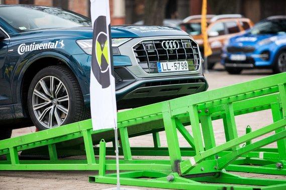 """Lietuvos žurnalistų autoklubo nuotr./Visureigių bandymai ant """"Peak Point"""" platformos"""