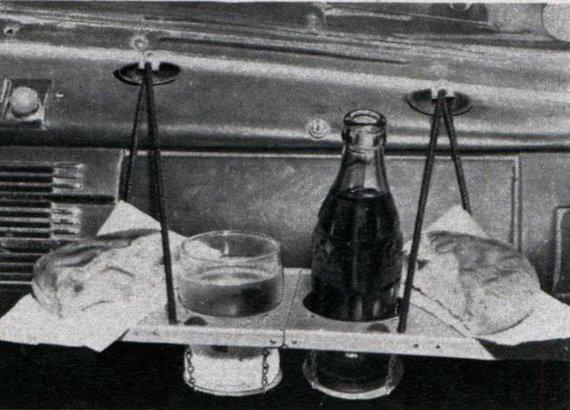 1950-ųjų reklama/Prieš puodelių laikiklius automobiliuose buvo naudojami tokie pakabinami padėklai