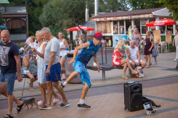 Josvydo Elinsko / 15min nuotr./Gatvės šokių šokėjas Palangoje Mindaugas Kvietkauskis