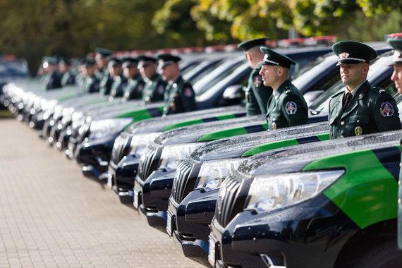 """Josvydo Elinsko / 15min nuotr./Pasieniečiams perduoti """"Toyota Land Cruiser"""" visureigiai"""