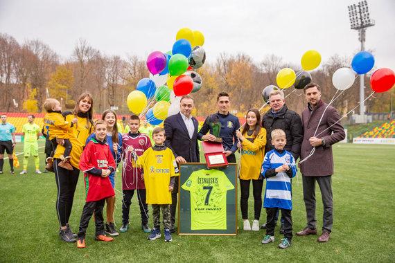 Josvydo Elinsko / 15min nuotr./Vaida Grikšaitė-Česnauskienė su šeima pasveikino savo vyrą Deividą Česnauskį