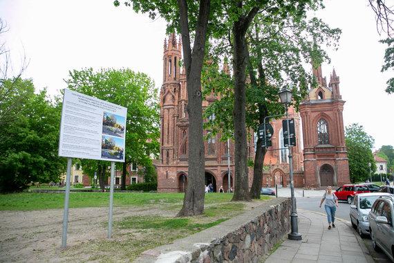 Josvydo Elinsko / 15min nuotr./Skveras Vilniaus Senamiestyje priešais Šv. Onos bažnyčią