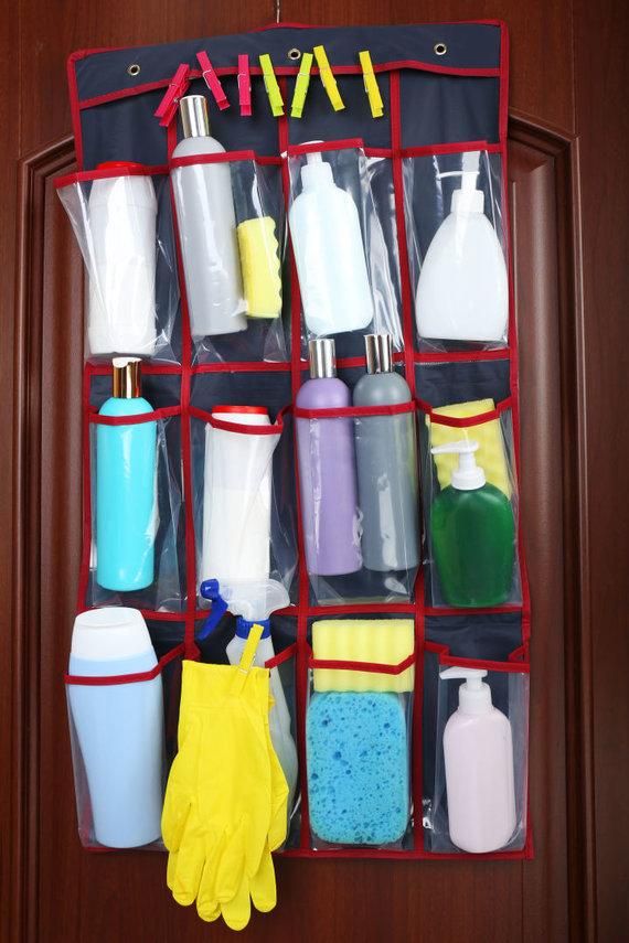 123RF.com nuotr./Ant durų pakabintas krepšys