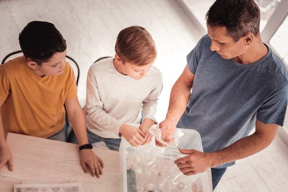 123RF.com nuotr./Tėtis ir vaikai tvarkosi